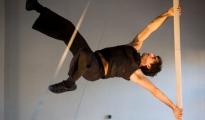 Festival de Cirque contemporain à l'Hopital: Centre Hospitalier Théophile Roussel, Montesson. Compagnie O Ultimo Momento, João Paulo Dos Santos: « Contigo », Acrobatie au mât chinois.Montesson, France, 16 novembre 2011