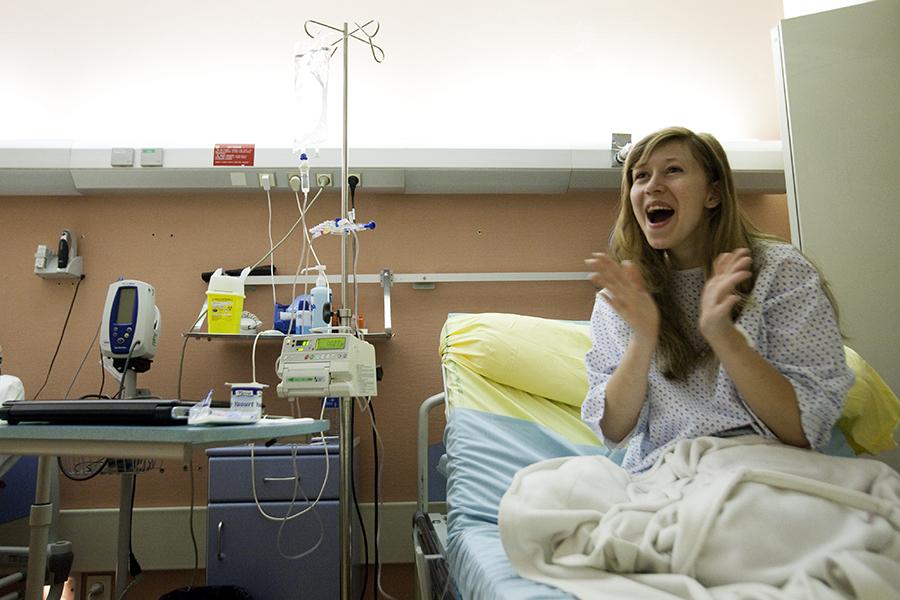 Association Tournesol. Musique de nuits à l'hôpital Saint Luis. Marie Tout Court (Marie Renaud) chant ses chansons accompagnée à la guitare par Ronan Yvon dans les services de Hématologie adulte et Chirurgie Plastique.